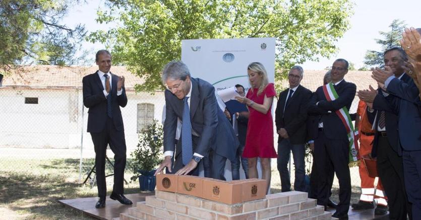 Il premier Paolo Gentiloni alla  posa della prima pietra di una nuova scuola a Pesaro ad alta efficienza energetica